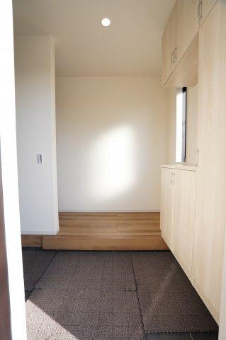 白を基調とした清潔感のある玄関です。