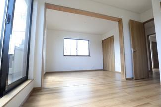 千葉市花見川区検見川町 新築一戸建て 新検見川駅 6帖と5.3帖のお部屋です。仕切り戸がついております。