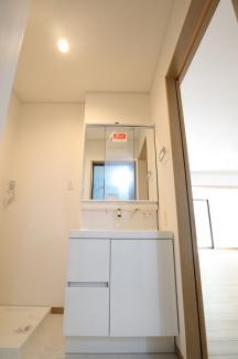 千葉市花見川区検見川町 新築一戸建て 新検見川駅 1F三面鏡の洗面台です