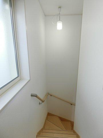 階段部分にも窓があり採光があるので、お家全体が明るくなります。 また、手スリも付いているので上り下りが安心です。 (施工例)
