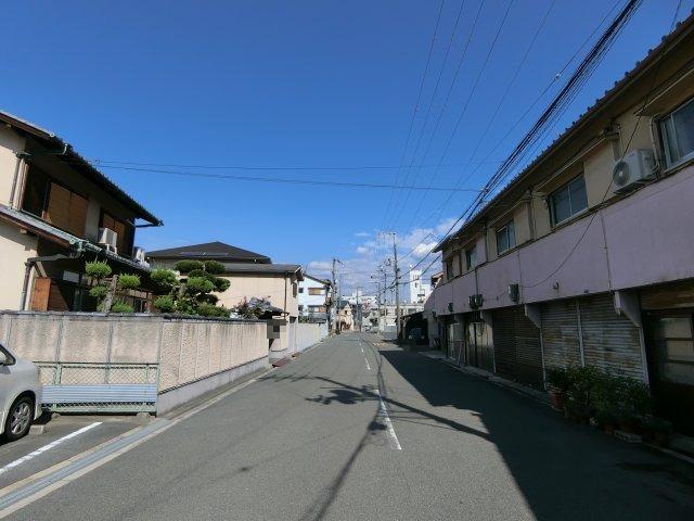 前面道路も広々としており見通しも良く、小さなお子様がいても安心です。 駐車もラクラクです!