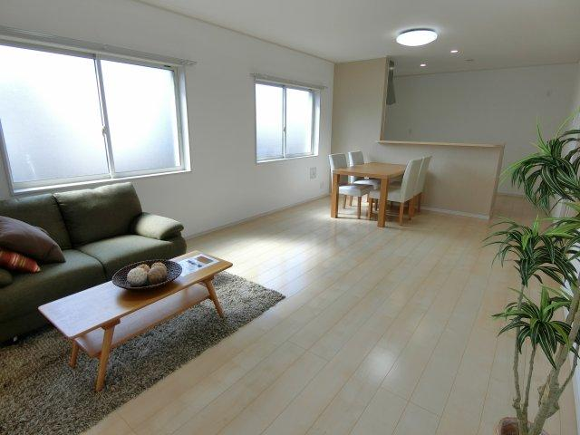 2階部分にあるリビングは広々としており、開放感抜群です♪ ご家族の憩いの場所になるでしょう。 (施工例)