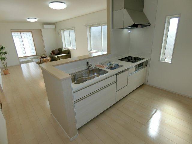 キッチンの周りもスッキリとしており、食器棚や冷蔵庫を置いても十分なスペースがあります。 さらに、キッチン横にパントリースペースもあるのがうれしいですね♪ (施工例)