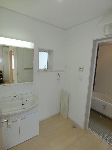 独立型の洗面台は朝の身支度もスムーズに行えるでしょう。 シャワー付きなのでお手入れもラクラクです。 (施工例)