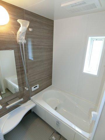ゆったりとした浴槽は1日の疲れを癒やしてくれるでしょう。 小窓があり換気もできるので衛生面も安心です。 (施工例)