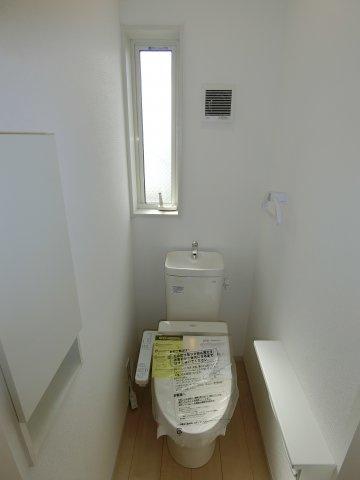 今や無いと困るシャワー付きトイレも完備しています。 小窓があるのがうれしいですね♪ (施工例)