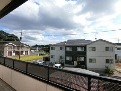 2階バルコニーからの眺望です。南道路で区画整理地内なのでスッキリとして開放的です。