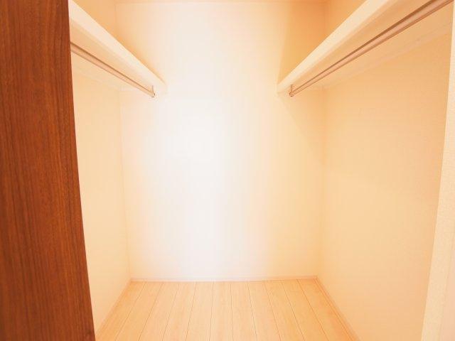 現地写真 大型のウォークインクローゼットで収納ラクラク、お部屋スッキリ♪