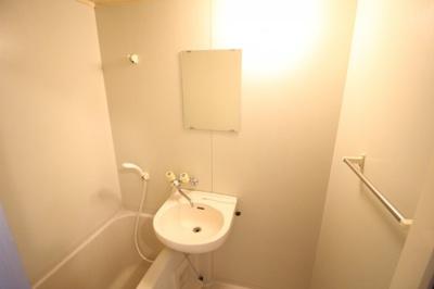浴室内に洗面台がございます♪