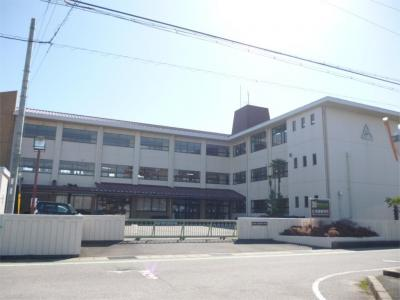 愛荘町立秦荘西小学校(697m)