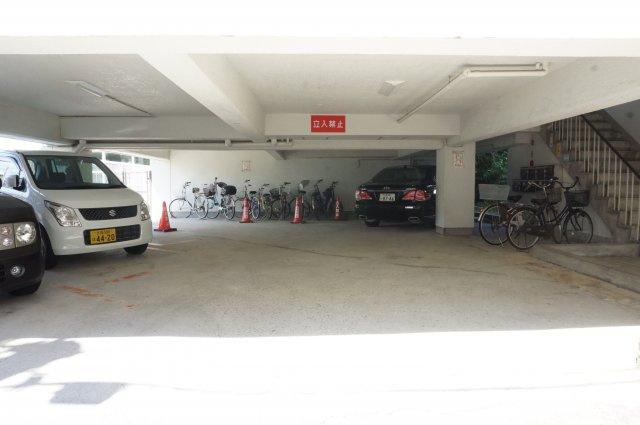 雨の日に助かる屋根付きの駐輪場・駐車場です。