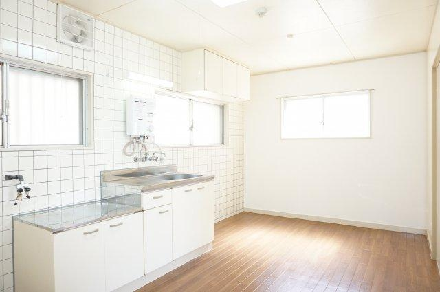 窓がたくさんある明るく換気に便利なダイニングキッチンです。