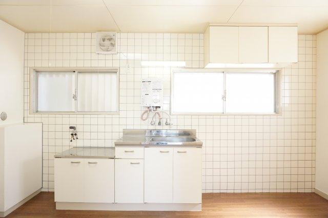 窓がたくさんある明るく換気に便利なキッチンです。