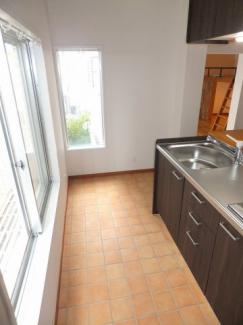 明るくて開放的な2つの窓のあるキッチン