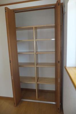 可動棚ですので書籍などもたっぷり収納できます!
