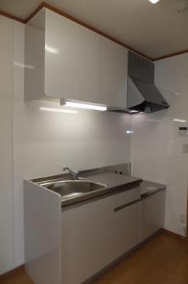 キッチンの壁はメラミン樹脂のパネルで汚れにくくなっております☆