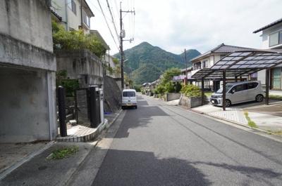 車庫前の前面道路は6mの広々サイズ。 駐車もし易く、大変助かります。