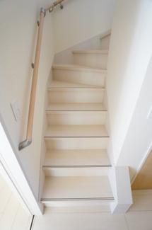 玄関から直接階段へ行けます。キッチン横に階段があるのでドアをあければすぐに様子がわかりますよ。