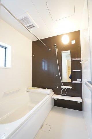 浴室乾燥暖房機のあるお風呂です。ランドリーパイプがあり、衣類乾燥もでき嬉しいですね。