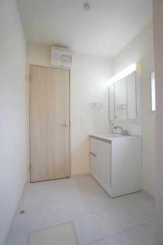 3面鏡の温水シャワー付洗面化粧台です。朝の準備も快適にできますね。鏡裏にも小物を収納できて便利ですよ。