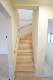 キッチンとトイレの間にあるリビングスルー階段です。手すりがあって安心ですね。