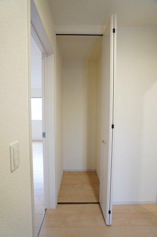 1階のホール収納です。掃除機など収納しておけますよ。