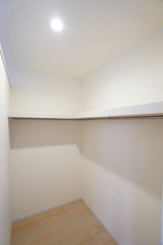 寝室のWICです。たっぷり収納できますよ。