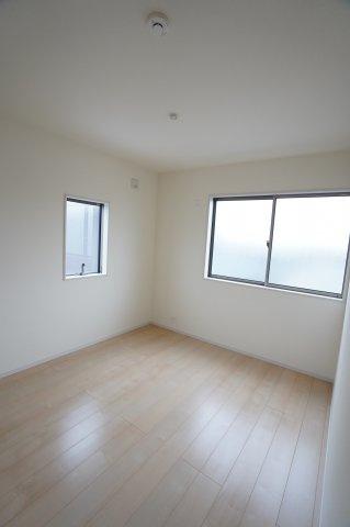 5.5帖の洋室です。2つ窓があり明るく風通しも良いお部屋ですよ。
