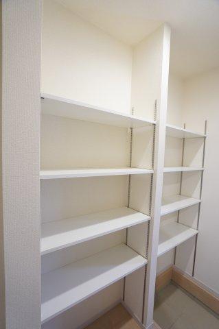 シューズインクロークは棚が設置済なので収納しやすいですね。
