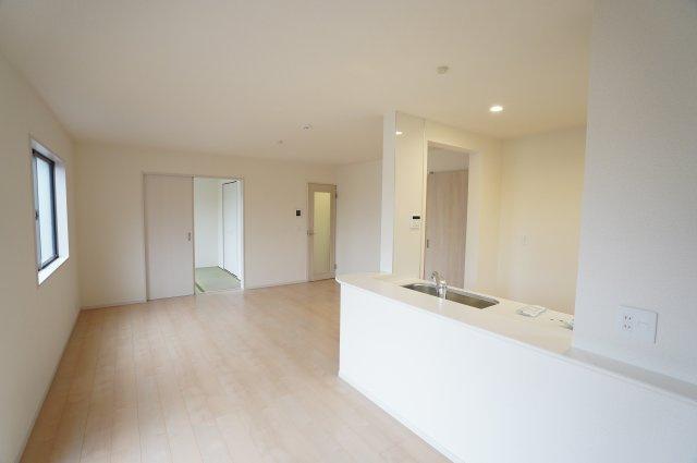 キッチンからリビング、和室、庭にも目を向けられる間取りです。
