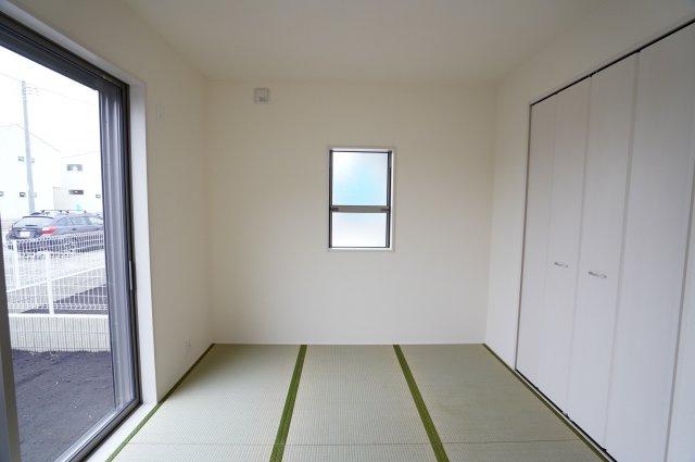 4.5帖の和室です。掃出し窓はシャッターがついて防犯性がありますね。