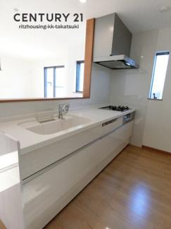 対面カウンターキッチンは吊戸棚なしで開放的です。