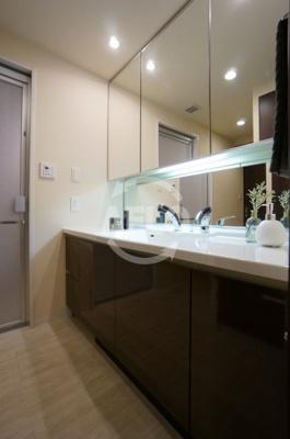 夕陽ヶ丘リバーガーデン 清潔感のある洗面台です