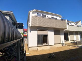デザイナーズ住宅でリビングにはおしゃれな折り上げ天井や趣のあるアクセントクロスでリラックスできます。