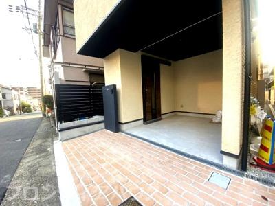 ココがイチオシ! 駐車スペースを設けたうえで出入りをしやすくするためにスライド式の玄関扉を採用。 細かな配慮が行き届いた間取り設計がポイントです。