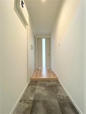 奥行のある玄関。明るくすっきりした印象です。