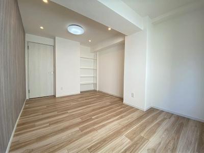約8帖の洋室は家具を配置してもゆとりある広さです。