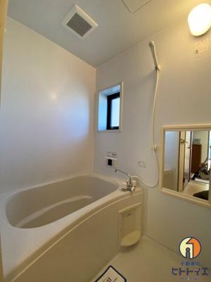 窓もあり落ち着いた空間のお風呂です