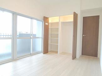 システム収納付きのクローゼットでお部屋のスペースを有効に使えます。