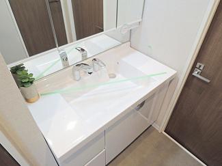 ちょっとした物置場にもなるワイドな洗面化粧台。