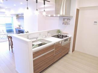 お料理しながらリビングの様子も確認できる対面式キッチン。
