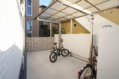 入居者様専用の自転車置場です。屋根付きで広々としたスペースです。