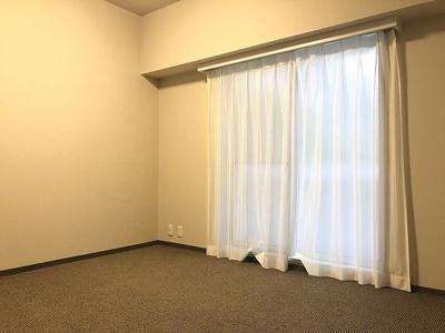 バルコニーをご利用いただける洋室です。