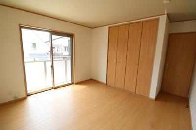 洋室は各部屋にクローゼットが設けられており、収納が非常に充実しております  ※同仕様写真