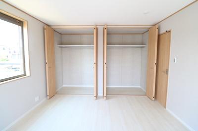 2F洋室 大容量のクローゼット。これがあれば新しく収納家具を買い足すこともなく、たくさんの服や荷物をスッキリ収納できます ※同仕様写真