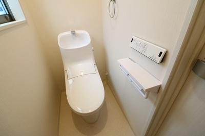 1階と2階、各階に設けられたトイレは、家族で混みあいがちな忙しい朝にとっても便利。温水洗浄暖房便座、収納など、機能面もバッチリ! ※同仕様写真