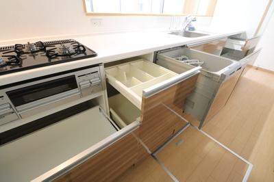 食洗器をはじめ、浄水機能付き水栓、3つ口ガスコンロなどを備えた機能的なシステムキッチン ※同仕様写真
