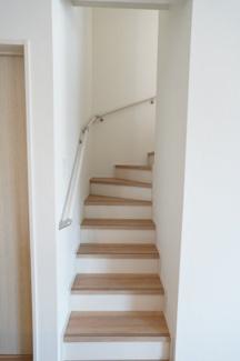 階段に手すりがあり安心ですね