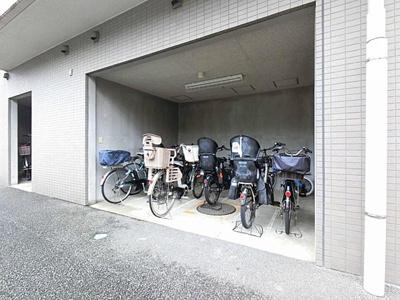 駐輪場は屋根付きで、雨風のダメージから車体を守ります。