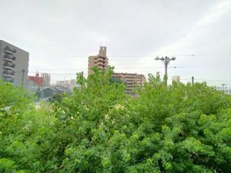 3階ですが、周りに視界を遮るものが少なく、気持ちの良い眺めです。バルコニーで深呼吸はいかがでしょうか♪